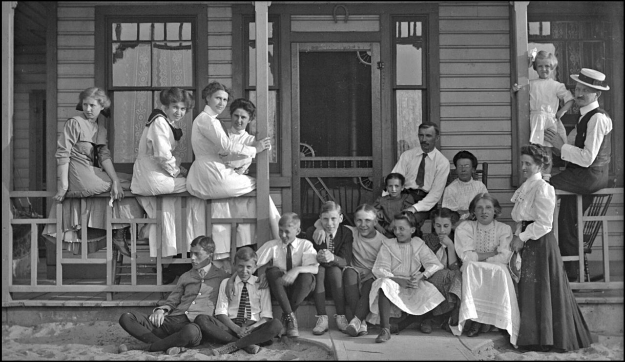 Murphy family & friends at Hanlan's Point c.1901 Archives of Ontario.jpg
