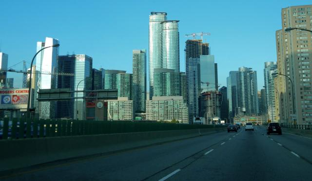 Driving eastbound on the Gardiner Expressway, image by Forum contributor steveve