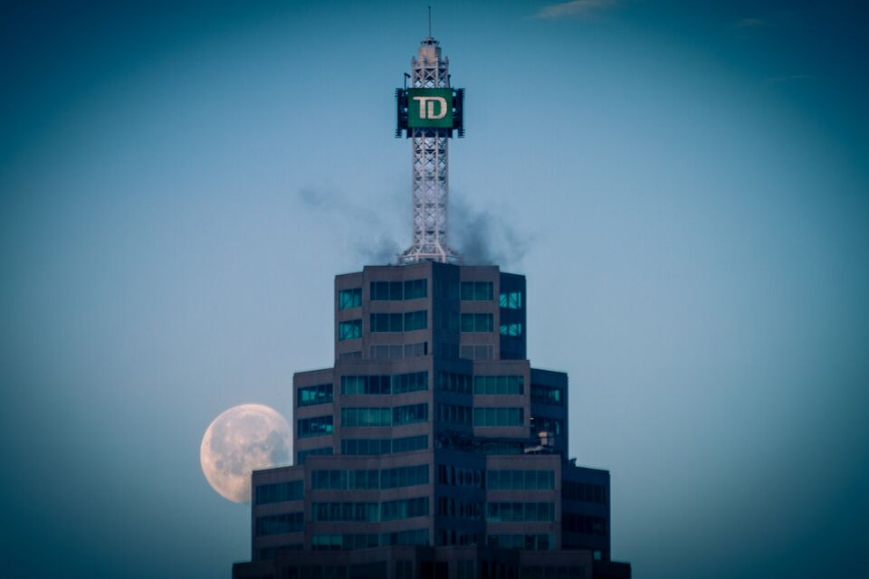Photo of the day rising moon over brookfield place - Td canada trust toronto head office ...
